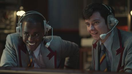 """In Staffel 3 von """"Sex Education"""" gehören natürlich auch die Hauptdarsteller Ncuti Gatwa als Eric Effiong und Asa Butterfield als Otis Milburn wieder zur Besetzung."""