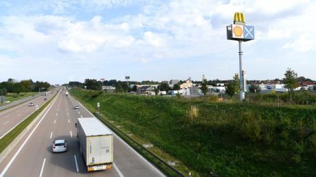 Blick auf die Autobahn von der Brücke über die A8 an der Anschlussstelle Burgau (Kreis Günzburg) auf die sechsspurige Autobahn Richtung München. Dort hat auch der Steinewerfer gestanden.