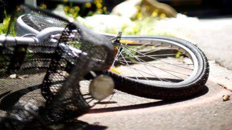 Eine 70-Jährige ist am Montag zwischen Stettenhofen und Gersthofen von ihrem Rad gestürzt. Verletzt wurde sie ins Krankenhaus eingeliefert.