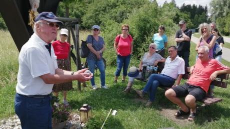 Ein großer Kreis an Teilnehmern interessierte sich für die Geschichte des Lechfelds, die Heinz Schmidt seinem Publikum unterhaltsam und kompetent nahebrachte.