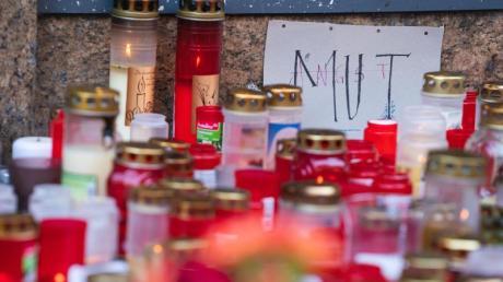 Trauerkerzen vor dem Kaufhaus in Würzburg, in dem ein Mann Menschen mit einem Messer attackiert hatte.