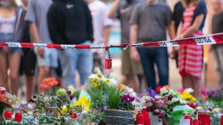 Der Messerangriff hat in Würzburg Trauer und Entsetzen ausgelöst. Das Motiv des somalischen Täters ist nach wie vor unbekannt.