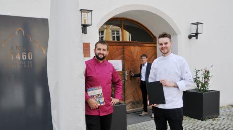 """Dan Serban (links) löst Jonas Dahmen (rechts) als Küchenchef im """"Anno 1460"""" in Weißenhorn ab. Dahmen arbeitet für Betreiber Andreas Kierndorfer (hinten) jetzt im """"Hirsch"""" in Attenhofen."""
