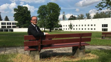 Pfarrer Georg Schneider im Park des Exerzitienhauses St. Paulus in Leitershofen Er wird Nachfolger von Kazimierz Piotrowski in Krumbach.