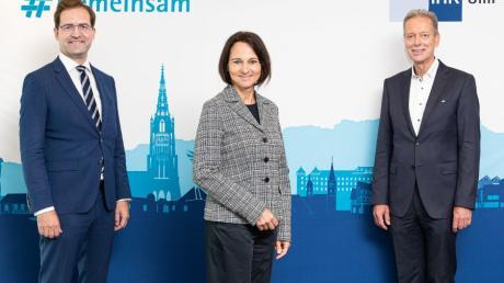 Die neue Ulmer IHK-Hauptgeschäftsführerin Petra Engstler-Karrasch mit ihrem Vorgänger Max-Martin W. Deinhard links und IHK-Präsident Jan Stefan Roell.