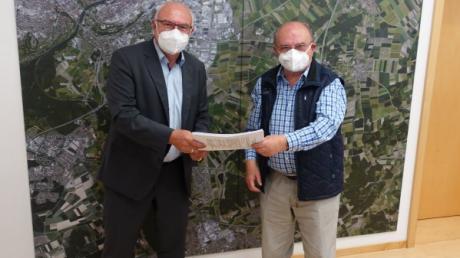 205 Unterschriften, die sich für eine Bürgerversammlung in Gerlenhofen zu einem möglichen Pflegeheim einsetzen, hat jetzt Erwin Franz rechts an Vizebürgermeister Johannes Stingl übergeben.