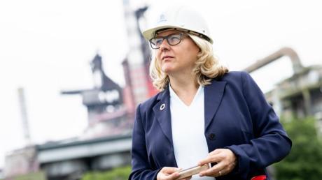 Svenja Schulze SPD, Bundesministerin für Umwelt, Naturschutz und nukleare Sicherheit hält eine Mini-Bramme, einen kleinen Block aus gegossenem Stahl, im Rahmen Ihrer Sommerreise bei einem Besuch im Thyssenkrupp-Werk in den Händen.