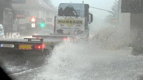 Unwetter und überflutete Straßen: So sah es am Dienstagnachmittag auf der B300 in Gessertshausen aus.