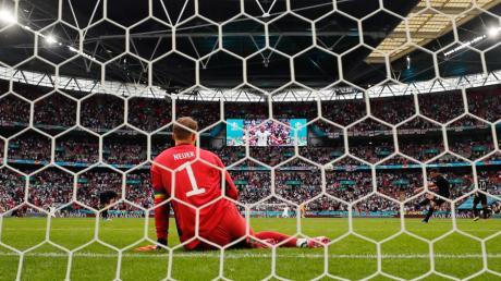 Am Boden zerstört: Manuel Neuer nach der Niederlage gegen England.