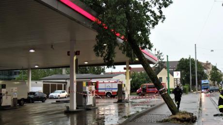 In der Donauwörther Straße warf der Sturm einen Baum gegen eine Tankstelle.