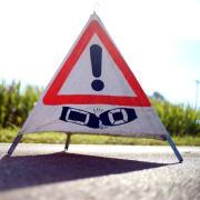Ein 44-Jähriger ist von der Straße abgekommen und mit einem anderen Auto zusammengestoßen. Beide Fahrer wurden verletzt. Die Straße von Schwabmünchen nach Großaitingen war für zwei Stunden gesperrt.