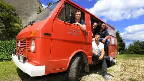 Das alte Auto der Feuerwehr Breitenbronn soll eine neue Aufgabe bekommen. Im Bild von links: Lukas Gaßner, Edgar Kalb, Michael Kalb und Stefan Enzler.