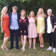 Die Familie Kraus bei der Abschlussfeier der Zwillinge Sabrina und Niklas. Von links: Jennifer, Niklas, Silke, Sabrina, Jessica und Robin Kraus.
