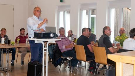 Alexander Gumpp, Sprecher des Clusters Forst & Holz in Bayern und Vorsitzender von proHolz Bayern, erläuterte bei der Innungsversammlung der Zimmerer aus den Landkreisen Dillingen und Donau-Ries das Fünf-Punkte-Programm der Bayerischen Staatsregierung, mit dem die Weichen für mehr Holzbau in Bayern gestellt werden sollen.