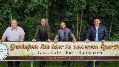 Stadtbergens Bürgermeister Paulus Metz, Fußball-Abteilungsleiter Oswald Seizinger, Wirt Rami Boles und Zweiter Bürgermeister Michael Smischenk bei der Eröffnung.