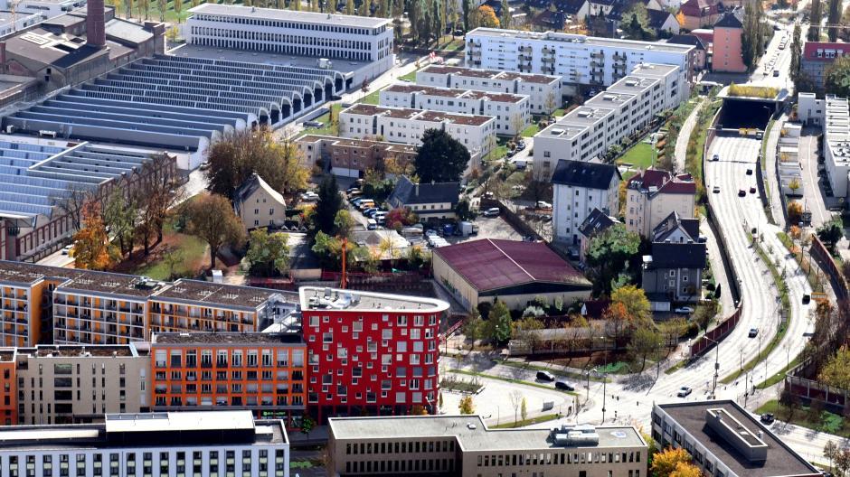 Das helle Band der Schleifenstraße schlängelt sich durch das Textilviertel. Oben links ist ein Teil der einstigen Augsburger Kammgarn-Spinnerei erkennbar.