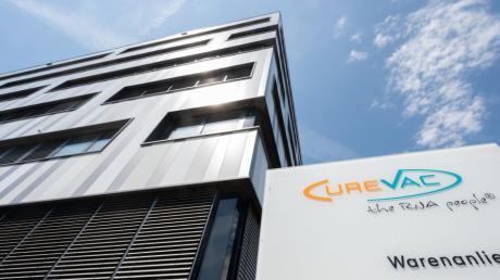 Ein Schild mit dem Logo des biopharmazeutischen Unternehmens Curevac vor der Zentrale in Tübingen. Das  Unternehmen versucht einen Weg aus der Krise zu finden.