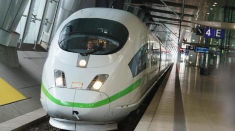 Junge Union informiert sich über Bahnverkehr.
