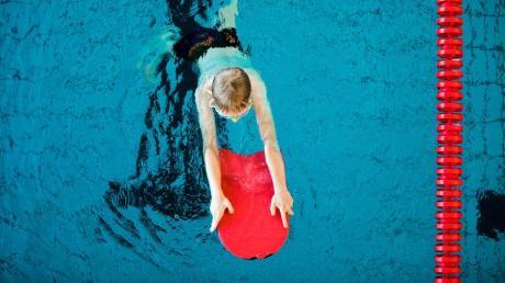 Um Kinder vor dem Ertrinken zu schützen, sollten sie ab etwa sechs Jahren schwimmen lernen.