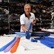 Die Firma Trico produziert wieder Krawatten und Tücher - das freut auch den Sohn der Inhaberin, Marcus Doser. Während der Corona-Zeit wurden Schutzmasken genäht.