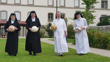 Fußball verbindet: Sr. Ermentraud, Sr. Cäcilia, Sr. Marietta und Sr. Claretta (von links) teilen eine gemeinsame Leidenschaft.