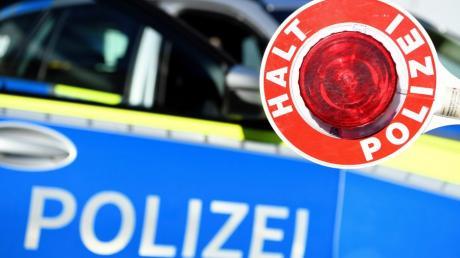 Eine Autofahrerin ist im Ries am Donnerstagabend frontal in ein Brückengeländer gekracht.