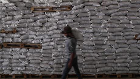 Pakete mit Lebensmitteln des UN-Welternährungsprogramms werden in Idlib entladen. Nach der Einigung im UN-Sicherheitsrat können die Hilfslieferungen fortgesetzt werden.