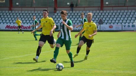 Vor der leeren Tribüne im Gundelfinger Schwabenstadion verfolgen Nico Baumeister (links) und Moritz Seban vom TSV Gersthofen einen gegnerischen Abwehrspieler.