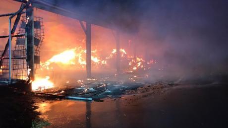 Ein Heu-und Strohlager brannte bei Hausen völlig aus.
