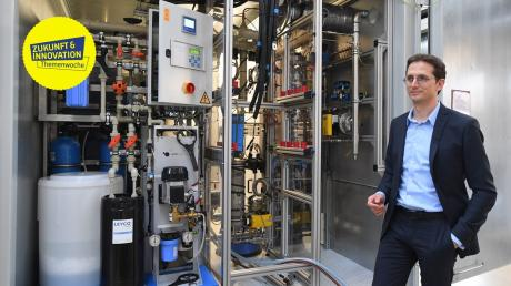 Hier kommt grüner Wasserstoff her: Dominik Heiß, Geschäftsführer von H-Tec-Systems, vor einem Elektrolyseur.