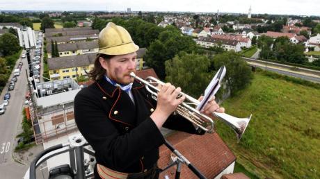 Oliver Heinz von der Anderen Feierwehrkapell'n aus den Stauden spielte mit seiner Trompete von der Drehleiter der Neusässer Feuerwehr in alle vier Himmelsrichtungen.