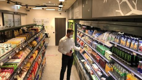Mitarbeiter von Wanzl können in einem 50 Quadratmeter großen Shop auf dem Firmengelände Waren des täglichen Bedarfs kaufen - bargeldlos und ohne dass Personal sich darum kümmern müsste.