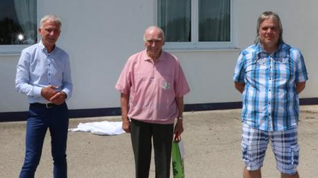 Bürgermeister Lorenz Müller hielt für den Jubilar Peter Reißer die Laudatio. Andreas Rohrer (von links) bedankte sich für das unbezahlbare Engagement beim SV Schwabegg.