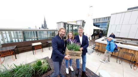 Lothar Schubert, Geschäftsführer DC Developments, Hoteldirektorin Sarah Bartels und Otto Lindner, Vorstand Lindner Hotels AG (von links) bei der Eröffnung der neuen Dachterrasse.