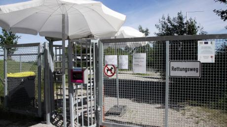 Gäste haben nur über ein Drehkreuz Zutritt zum Badesee in Obermeitingen. Damit kann die Gemeinde die Anzahl der Besucher erfassen, die auf 800 Gäste am Tag beschränkt ist.