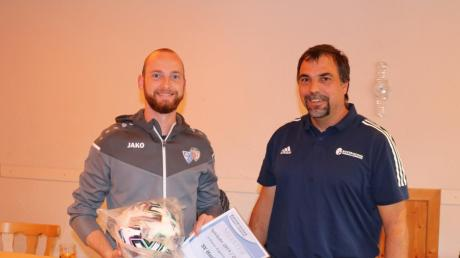 Den Kreisklassen-Aufsteiger SV Hurlach (links 3. Abteilungsleiter Felix Dröge) ehrte Gruppen-Spielleiter Markus Heider.