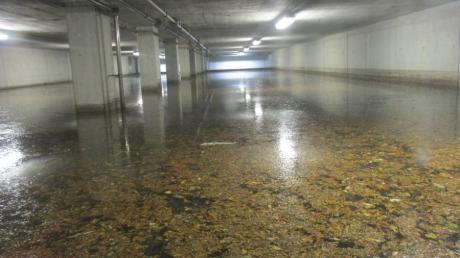 Ein Speicherbecken der Stadtentwässerung, das bei Regenfällen die Kanalisation entlastet, indem Abwasser dort zwischengespeichert werden kann.