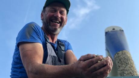 Christian Scherer aus Inchenhofen mit seiner Lupinenernte. Mit heimischen Eiweißfrüchten hofft er, Importe aus Drittländern reduzieren zu können.
