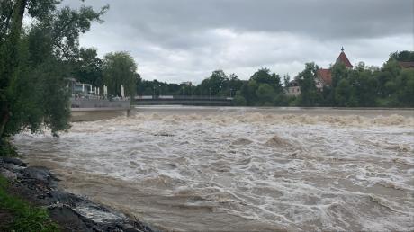 Der Pegel der Iller in Kempten ist in der Nacht zu Freitag gestiegen. Wegen des leichten Hochwassers ist der Fluss aufgewühlt.