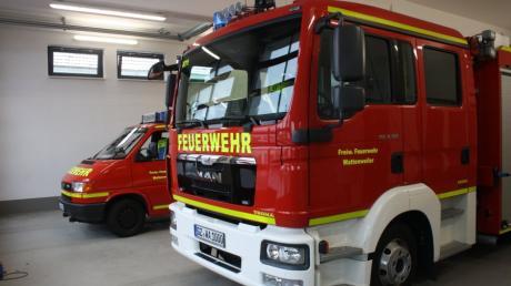 Der Fuhrpark der Freiwilligen Feuerwehr Wattenweiler wird erneuert. Der Gerätewagen hinten wird durch einen Mannschaftstransportwagen ersetzt.