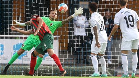 Torwart Rafal Gikiewicz ist machtlos, auch Tobias Strobl kann den Einschalg nicht verhindern. Qarabag FK, trifft zum 2:0.