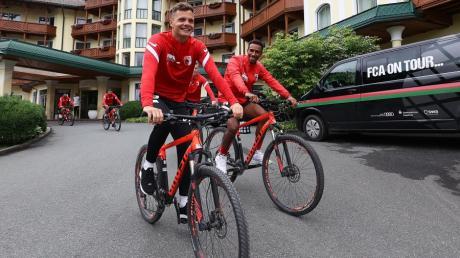 Die FCA-Spieler Rafal Gikiewicz und Noah Sarenren Bazee vor einer Mountainbike-Tour im Trainingslager in Tirol.