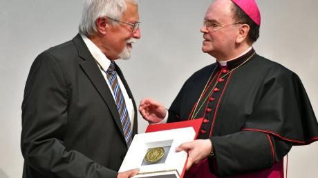 Bischof Bertram Meier (rechts) überreichte dem langjährigen Kreisarchäologen Richard Ambs die Ulrichsmedaille.