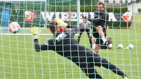Trainer Markus Weinzierl trat im Trainingslager einen Elfmeter und traf. Diesem Beispiel sollen seine Spieler folgen.