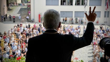 Oberbürgermeister Gunter Czisch erneuert den Schwur, Reichen und Armen ein gemeiner Mann zu sein.