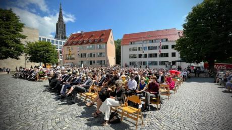 Die Sitze in den vorderen Reihen füllten sich noch, aber einige Plätze blieben bei der Schwörfeier 2021 in Ulm frei.