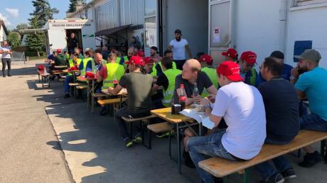 Beim Automobilzulieferer Geiger Automotive in Ziemetshausen kamen die Mitarbeiter in ihrer Pause auf Einladung der Gewerkschaft BCE und dem Betriebsrat bei Grillhähnchen zusammen, um der Geschäftsführung zu vermitteln: Wir lassen uns nicht verkohlen.