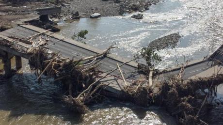 Völlig zerstörte Brücke über die Ahr in Ahrweiler nach der Flutkatastrophe.