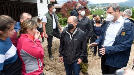 Olaf Scholz macht sich in Bayern ein Bild der Lage nach dem Hochwasser.