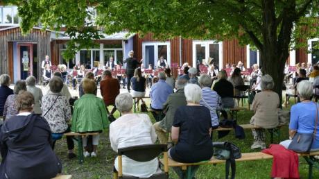 Sandra Möhring und das Königsbrunner pcOrchester bereiteten den Zuhörern einen kurzweiligen Nachmittag im Garten des Gemeindezentrums St. Johannes.